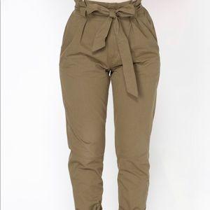 Pantalón  verde a la cintura con cinto de lazo